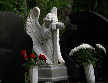 Изготовление памятников в виде ангела с крестом из белого мрамора