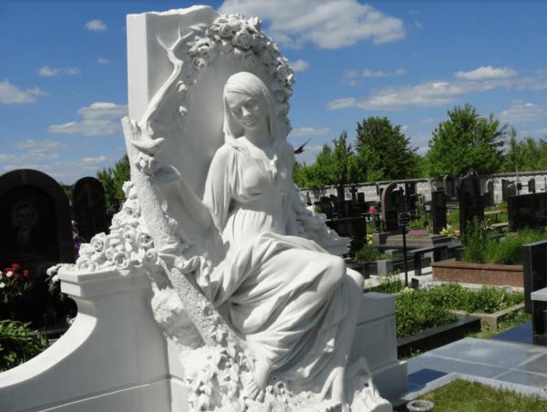 Памятник девушка с розами из белого мрамора