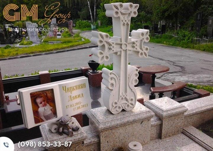 Детский памятник с мраморным крестом