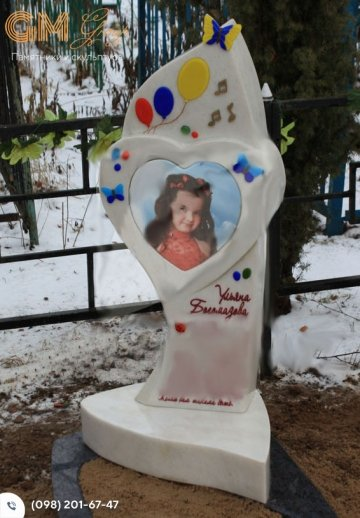 Детский мраморный памятник с сердцем и цветным фото